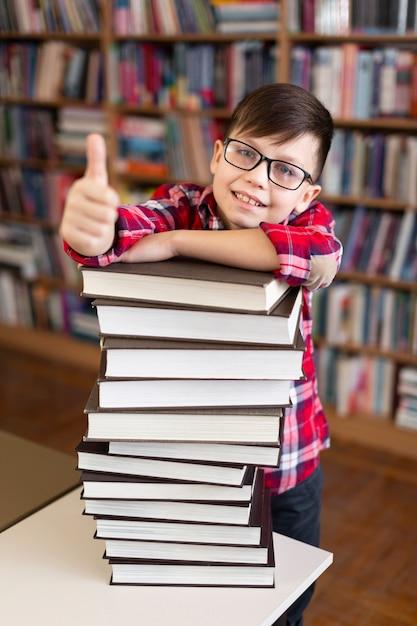 Chłopiec Z Stertą Książki Pokazuje Ok Znaka Darmowe Zdjęcia