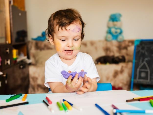 Chłopiec Zajmuje Się Modelowaniem Z Ciasta Do Modelowania Figur Premium Zdjęcia