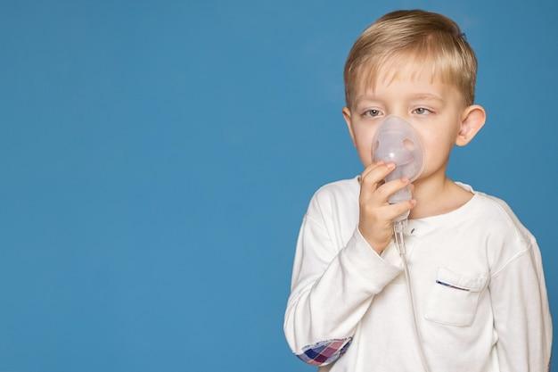Chłopiec Ze Zezem Wykonujący Inhalację Z Nebulizatorem Premium Zdjęcia