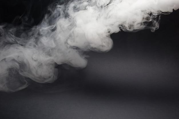 Chmura Białego Dymu Na Czarnym Zbliżeniu Premium Zdjęcia