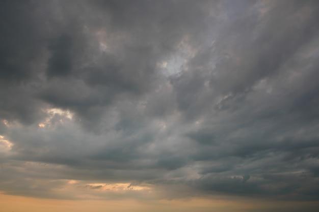 Chmura burzowa i deszczowa pogoda Premium Zdjęcia