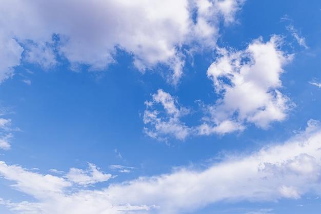 Chmura Z Lekkim Niebem I światłem Premium Zdjęcia