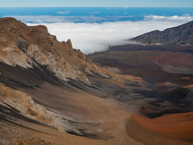 Chmury Pełzające W Górę Doliny W Parku Narodowym Haleakala Na Maui Na Hawajach. Premium Zdjęcia