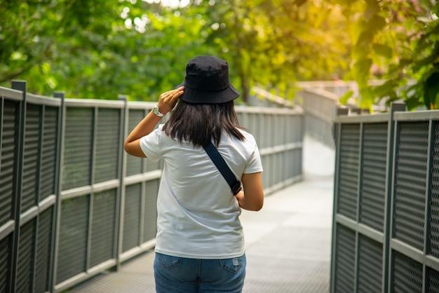 Chodnik Z Baldachimem, Najdłuższy W Tajlandii Chodnik Na Koronę Drzew Otwiera Się W Ogrodzie Botanicznym Królowej Sirikit Premium Zdjęcia