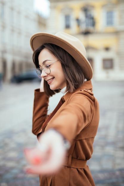 Chodź Ze Mną Portret Kobiety Z Jesieni Darmowe Zdjęcia