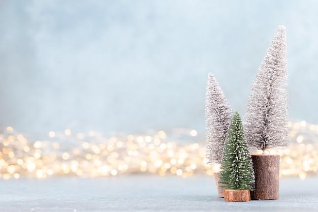 Choinka Na Tle Bokeh. Koncepcja Obchodów świąt Bożego Narodzenia. Kartka Z życzeniami. Premium Zdjęcia