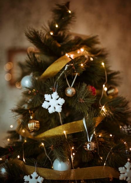 Choinka ozdobiona złotymi i białymi ornamentami Darmowe Zdjęcia