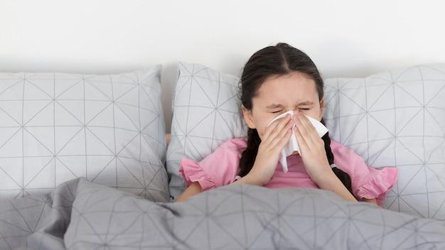 Chora Dziewczyna Wieje Nos Darmowe Zdjęcia