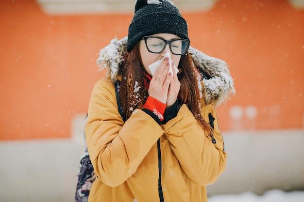 Chora Kobieta Dmuchanie Nosa W Tkankę Na Zewnątrz Premium Zdjęcia