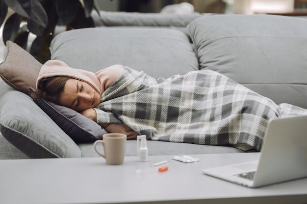 Chora Kobieta Siedzi W Domu Z Bólem Głowy Darmowe Zdjęcia