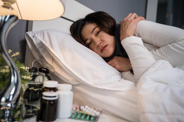 Chora Kobieta Zimno W łóżku Premium Zdjęcia