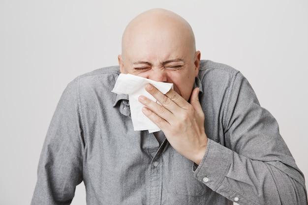 Chory łysy Facet W średnim Wieku Kichający W Serwetkę Darmowe Zdjęcia