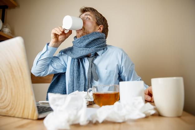 Chory Podczas Pracy W Biurze Darmowe Zdjęcia