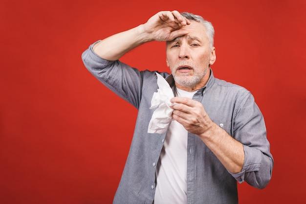 Chory Starszy Mężczyzna Dmucha Nos Chusteczką. Mając Grypę, Aller Premium Zdjęcia