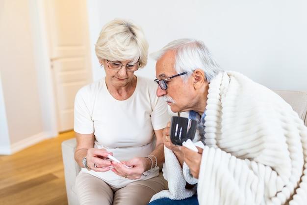 Chory Starszy Mężczyzna Z Filiżanką Herbaty Premium Zdjęcia
