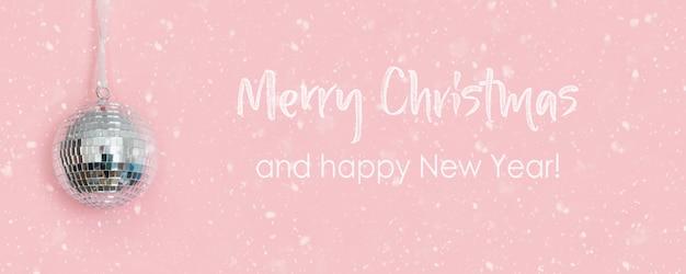 Christmas Disco Ball Wiszące Na Różowo. Kreatywna Kartka świąteczna Z życzeniami. Premium Zdjęcia
