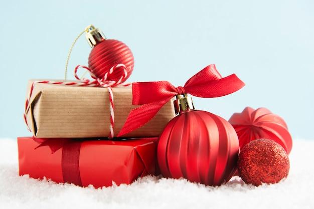 Christmas Red I Rzemiosła Pudełka Z Czerwonymi Bombkami Na śniegu. Premium Zdjęcia