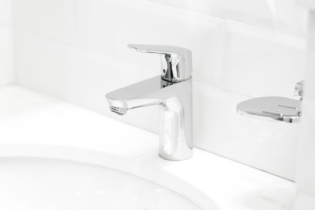 Chromowany żuraw Na Ceramicznej Umywalce W łazience Z Bliska Premium Zdjęcia
