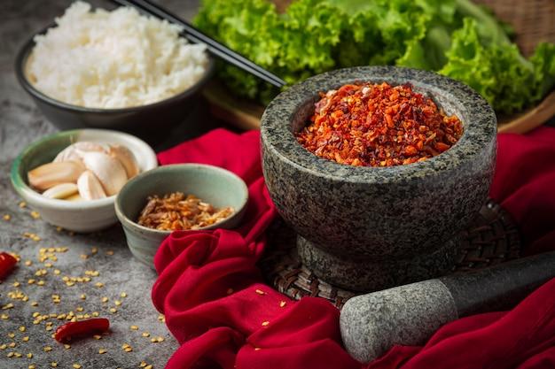 Chrupiąca Pasta Wieprzowa Zmieszana Z Pięknymi Dekoracyjnymi Składnikami, Tajskie Jedzenie. Darmowe Zdjęcia