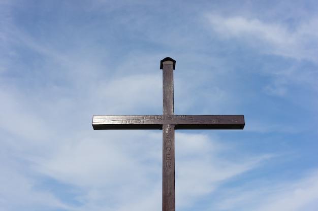 Chrześcijański Krzyż Wykonany Z Drewna Pod Zachmurzonym Niebem Darmowe Zdjęcia