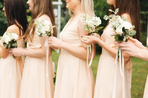 Chwalebne Druhny W Lekkich Sukienkach Z Pięknymi Kwiatami Premium Zdjęcia