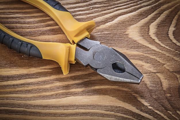 Chwytaki Na Drewnianej Desce, Bezpośrednio Nad Koncepcją Konstrukcyjną Premium Zdjęcia