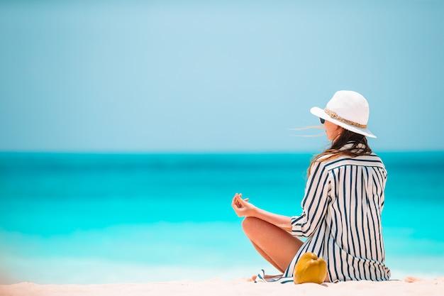 Ciało Pięknej Kobiety W Medytacji Na Plaży Premium Zdjęcia