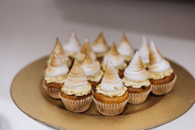 Ciasta Ze śmietaną Podawane Są Na Złotym Talerzu Darmowe Zdjęcia