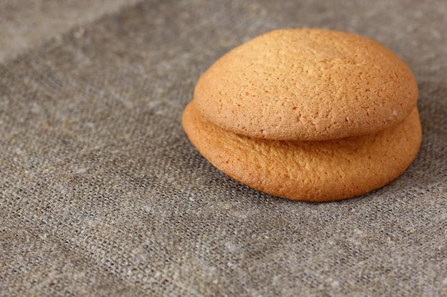 Ciasteczka Owsiane Dwa Kawałki Na Szorstkim Płótnie Obrus. Premium Zdjęcia