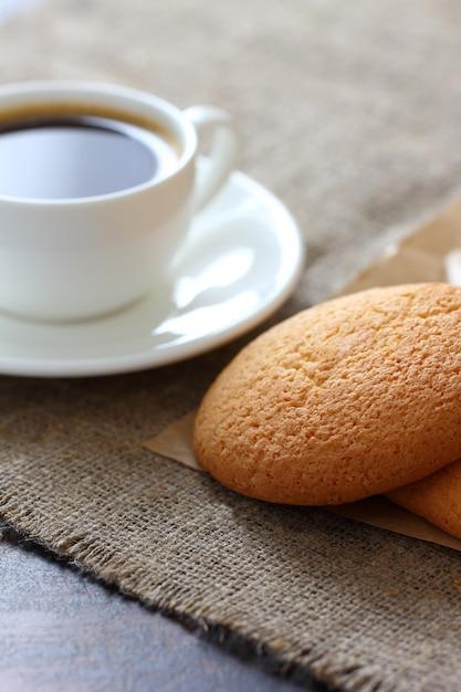 Ciasteczka Owsiane, Kubek Kawy I Spodek Na Płótnie Obrus. Premium Zdjęcia