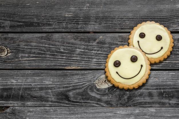 Ciasteczka Uśmiechają Się Na Pięknej Drewnianej ścianie Darmowe Zdjęcia