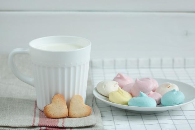 Ciasteczka W Formie Serc I Mleka Bezowego. Premium Zdjęcia
