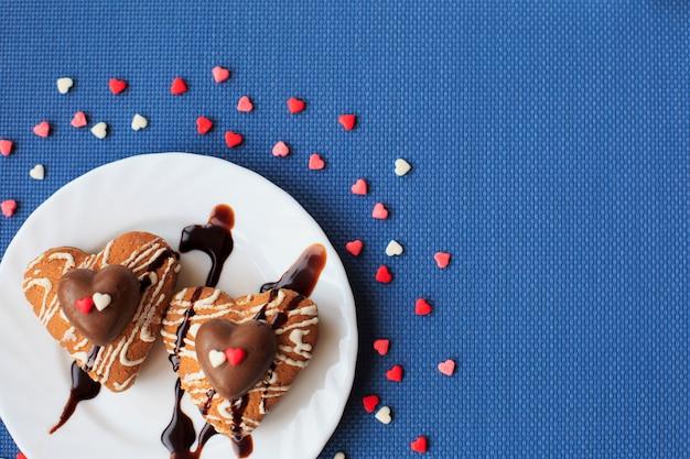 Ciasteczka W Kształcie Serca Na Małym Białym Talerzu Premium Zdjęcia