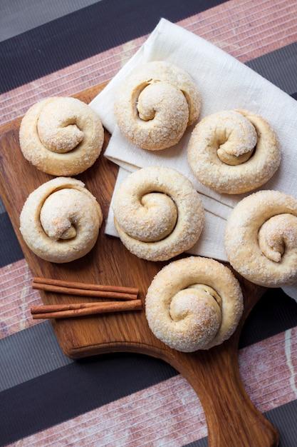 Ciasteczka Z Cukrem ślimakiem Z Cynamonem Premium Zdjęcia