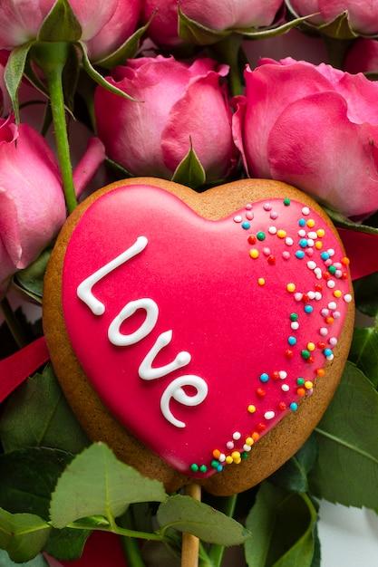 Ciasteczko W Kształcie Serca Na Bukiecie Różanym Darmowe Zdjęcia