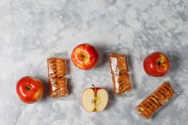 Ciastka francuskie z dżemem jabłkowym i świeżymi czerwonymi jabłkami na lekkim betonie Darmowe Zdjęcia