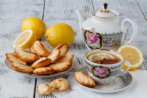 Ciastka Herbaciane Podawane W Kwiatowym Talerzu Z Filiżanką Herbaty Premium Zdjęcia