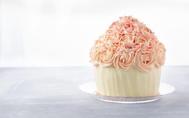 Ciastko pyszne urodzinowe ciasto Premium Zdjęcia