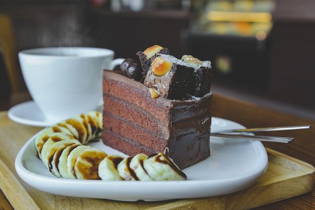 Ciasto Czekoladowe Brownies I Gorąca Herbata Z Porannym Oświetleniem W Pomieszczeniu. Premium Zdjęcia