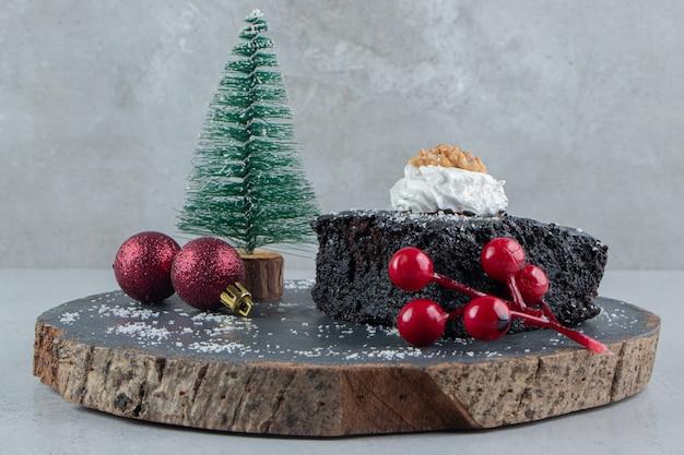 Ciasto Czekoladowe I Ozdoby świąteczne Na Desce Na Tle Marmuru. Darmowe Zdjęcia