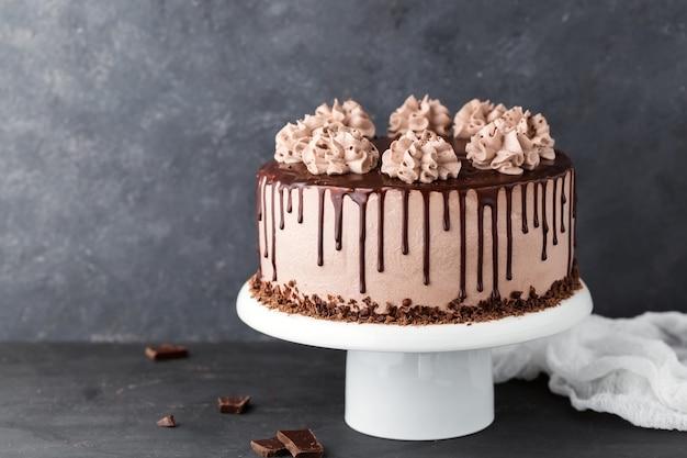Ciasto Czekoladowe Z Kremem Serowo-kawowym Na Stojaku Z Białym Ciastem Premium Zdjęcia