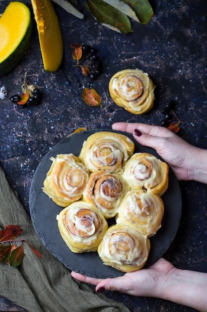 Ciasto Dyniowe Z Karmelowymi Jabłkami Na Halloween Premium Zdjęcia