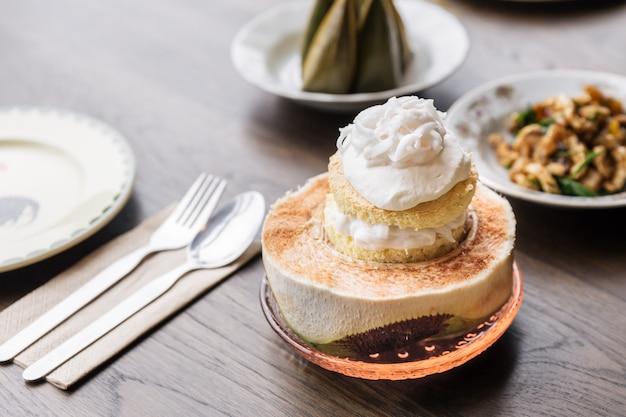 Ciasto Lodowe Kokosowe Z Mięsem Kokosowym, Które Podaje Się W Połówce Kokosa Tajski Deser Fusion. Premium Zdjęcia