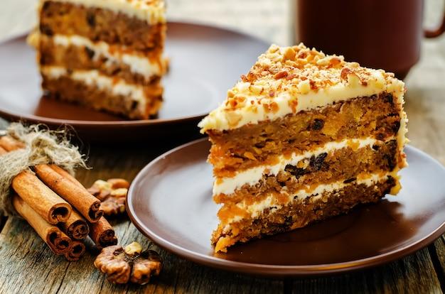 Ciasto marchewkowe z orzechami włoskimi Premium Zdjęcia