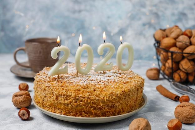 Ciasto Marchewkowe Ze 2020 świecami I Filiżanką Herbaty Na Szarym Betonie Darmowe Zdjęcia