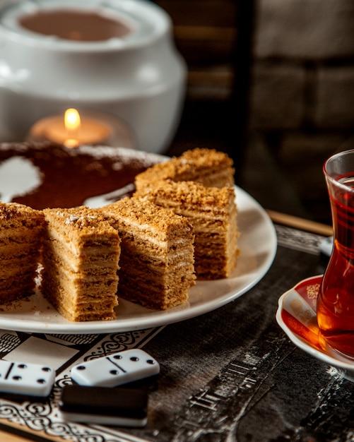 Ciasto Miodowe Pokrojone Na Kawałki I Czarna Herbata Darmowe Zdjęcia