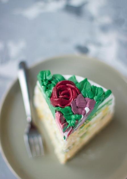 Ciasto mleczna dziewczyna ozdobiona zielonymi liśćmi i kwiatami lilii, ciasto udekorowane bukietem kwiatów, dekoracje wiosenne Darmowe Zdjęcia