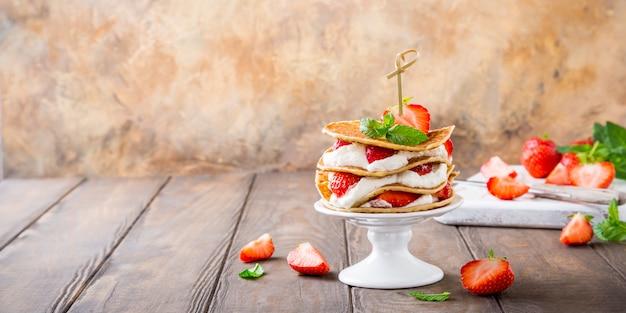 Ciasto Naleśniki Z Jogurtem I Truskawkami Premium Zdjęcia