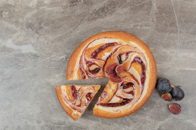 Ciasto Owocowe I świeże Figi Na Tle Marmuru. Wysokiej Jakości Zdjęcie Darmowe Zdjęcia
