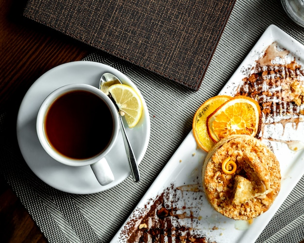 Ciasto Pomarańczowe I Filiżanka Czarnej Herbaty Z Plasterkiem Cytryny Darmowe Zdjęcia